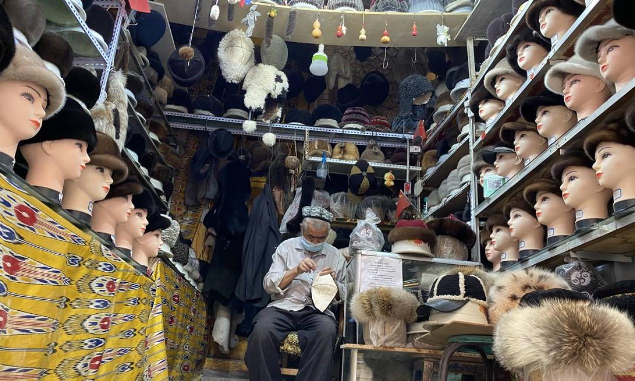Artesão uigur no bazar antigo de Kashgar Foto: Marcelo Ninio / Agência O Globo