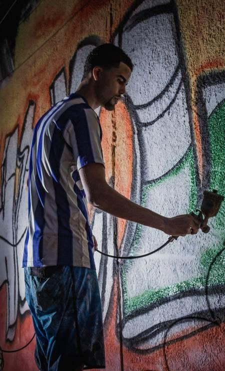 Com as doações, foi possível comprar comprar mais de 150 latinhas de tinta spray, além da argamassa necessária para cobrir ar marcas dos tiros de fuzil Foto: Lenon Felício / LabJaca