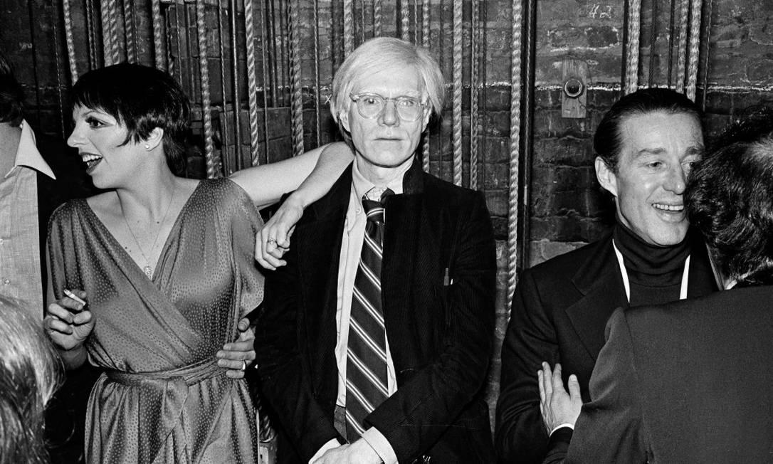 Liza Minnelli, Andy Warhol e Halston no primeiro aniversário do Studio 54, em abril de 1978 Foto: FRED R CONRAD / The New York Times
