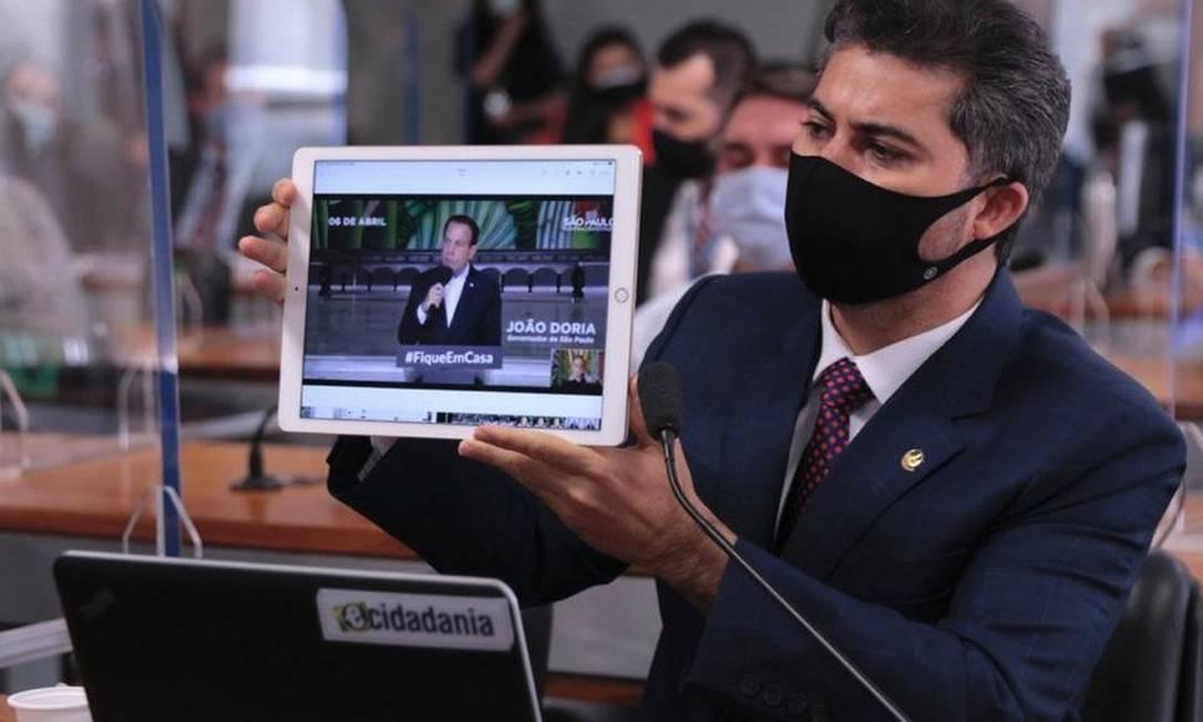 Senador Marcos Rogério (DEM-RO) exibe vídeo de governadores defendendo uso da hidroxicloroquina de acordo com recomendação médica, ainda no início da pandemia Foto: Sidney Lins Jr/Ascom Marcos Rogério