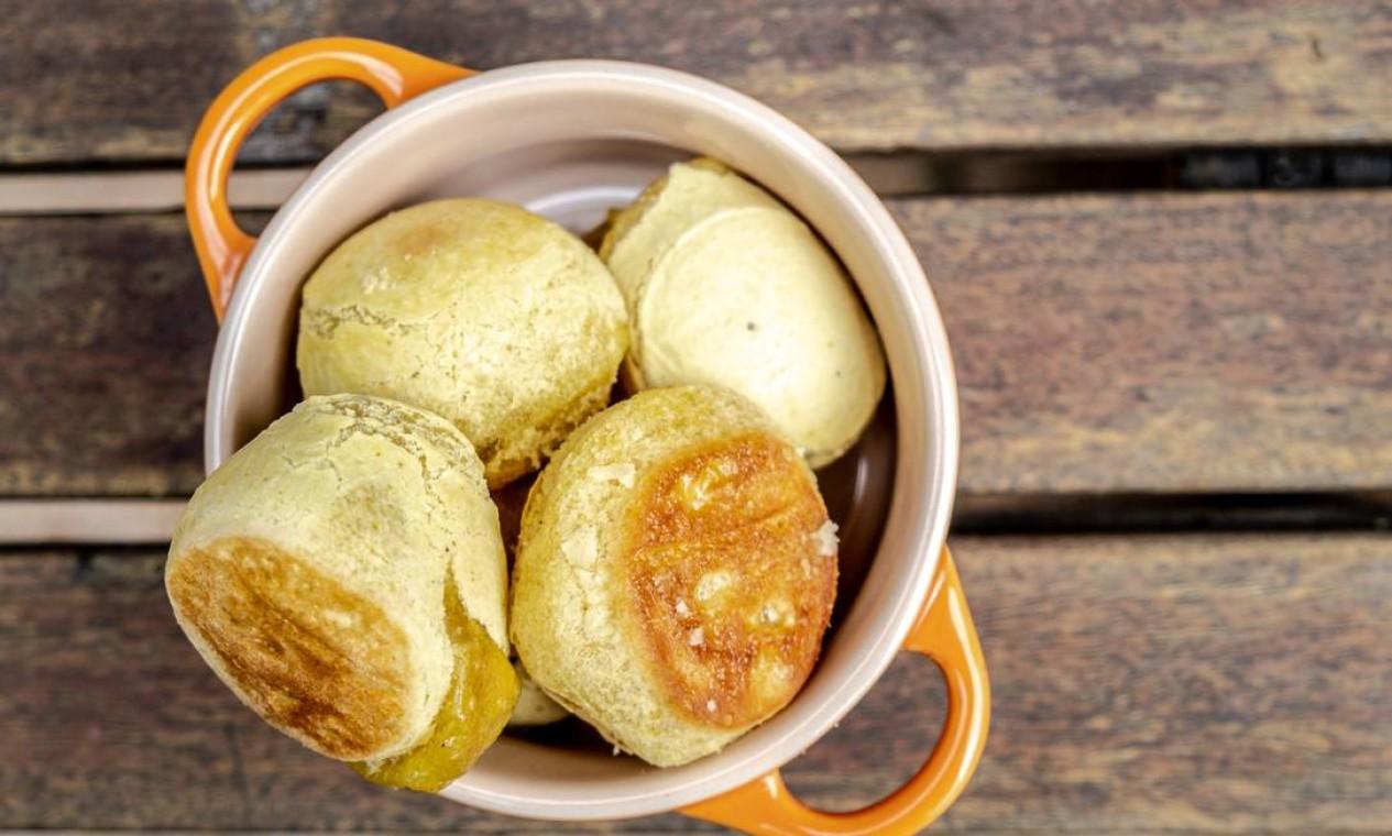 LBculinária. Pão de Beijo, sem queijo, feito de batata-doce, polvilho doce, polvilho azedo e cúrcuma (300g, por R$ 15; de 1kg, por R$ 40). Delivery: 99241-3047. Foto: Divulgação / Lu Mattos