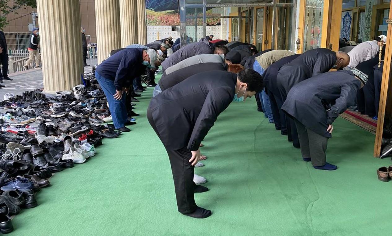 Fiéis na mesquita de Yanghang, em Urumqi, no último dia do Ramadã; é raro ver na província muçulmanos usando véus ou barba Foto: Marcelo Ninio / Agência O Globo - 13/05/2021