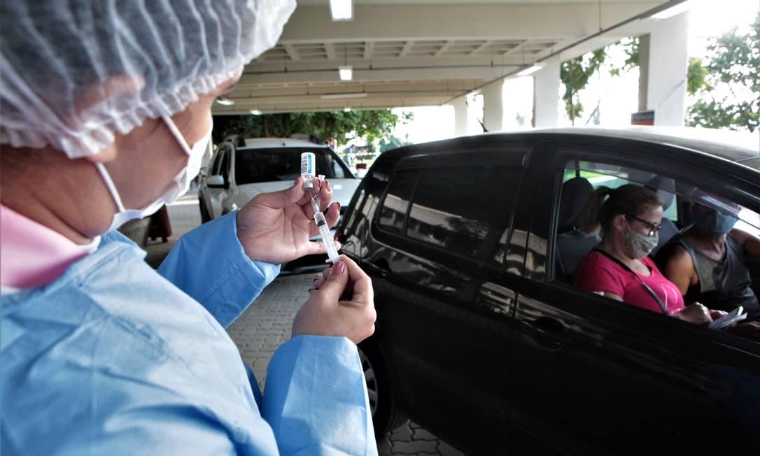 Enfermeira prepara seringa antes da aplicação do imunizante no posto drive-thru montado no campus da UFF no Gragoatá Foto: Berg Silva / Divulgação