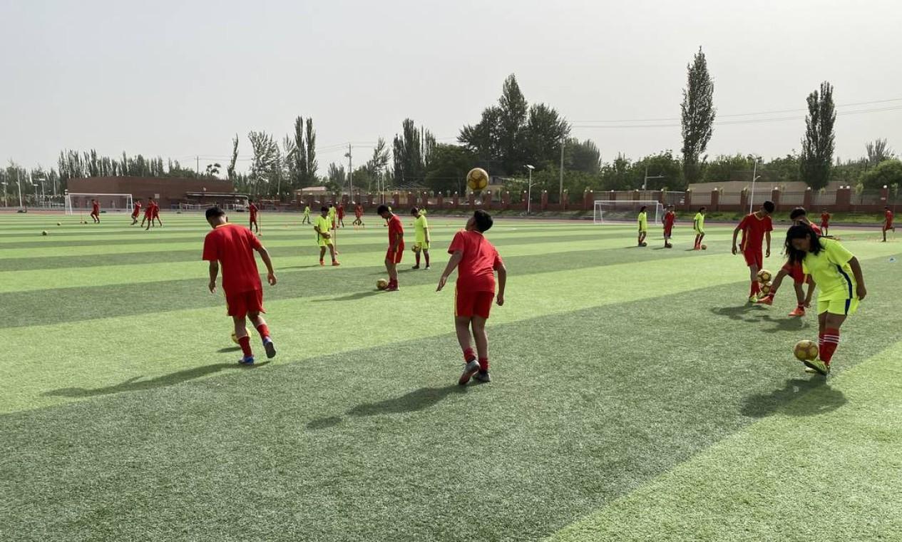 Futebol em escola-modelo de Hotan Foto: Marcelo Ninio / Agência O Globo