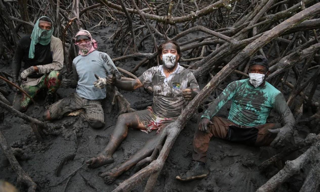 O presidente da Caixa, Pedro Guimarães, posa na lama de um mangue em Belmonte, na Bahia, ao lado de pescadores de guaiamum, durante uma de suas viagens pelo país. Foto: Caixa / Divulgação