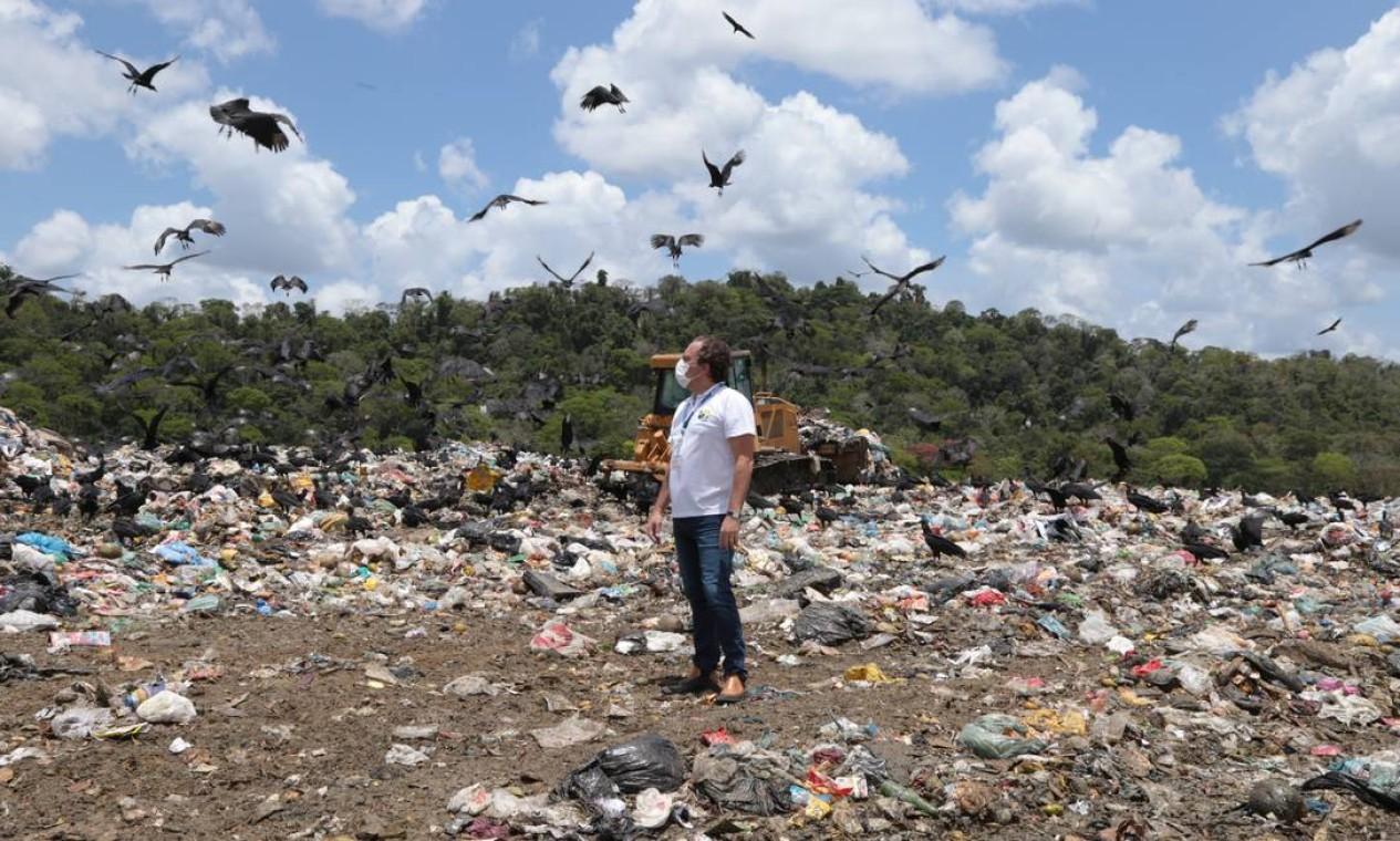 Além de inaugurar agências e fazer contatos com políticos, o presidente da Caixa também visita locais que têm desafios urbanos, como um lixão em Itabuna (BA). Foto: Caixa / Divulgação