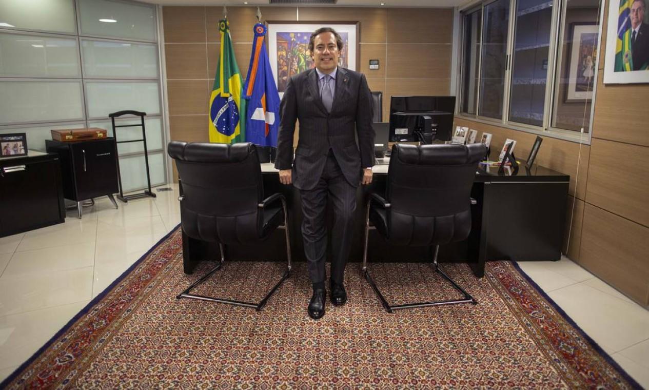 Guimarães em seu gabinete, em Brasília. A gestão é marcada por tensão interna. Já afastou ou trocou de lugar mais de dez executivos. É descrito como quem não tolera discordâncias. Foto: Daniel Marenco / Agência O Globo