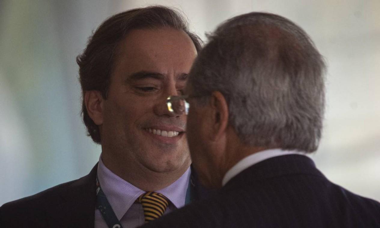 Guimarães conversa com o ministro da Economia, Paulo Guedes, em julho de 2019. Guedes o convidou para a Caixa no fim de 2018, mas o executivo conheceu Bolsonaro antes, em 2017. Foto: Daniel Marenco / Agência O Globo