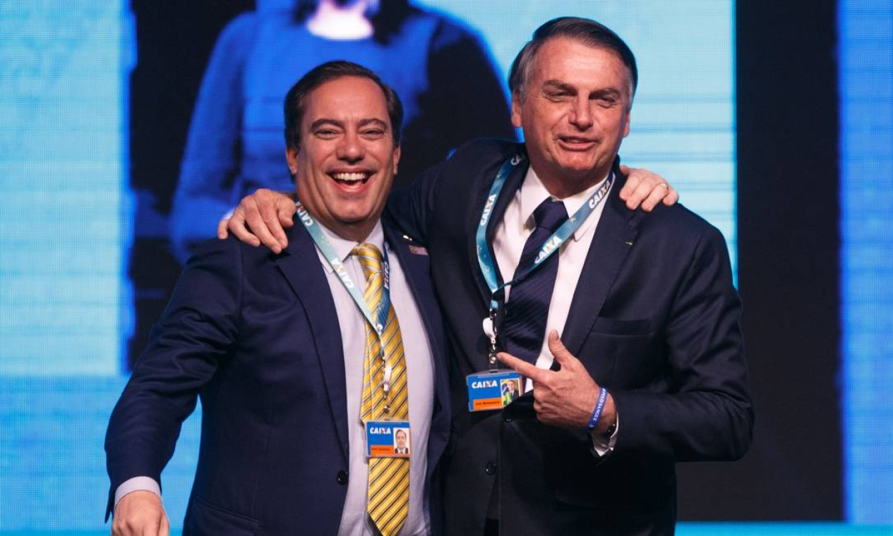 Pedro Guimarães é abraçado por Bolsonaro em um evento com gestores da Caixa, em Brasília, em maio de 2019. O executivo conquistou a confiança do presidente. Foto: Daniel Marenco / Agência O Globo