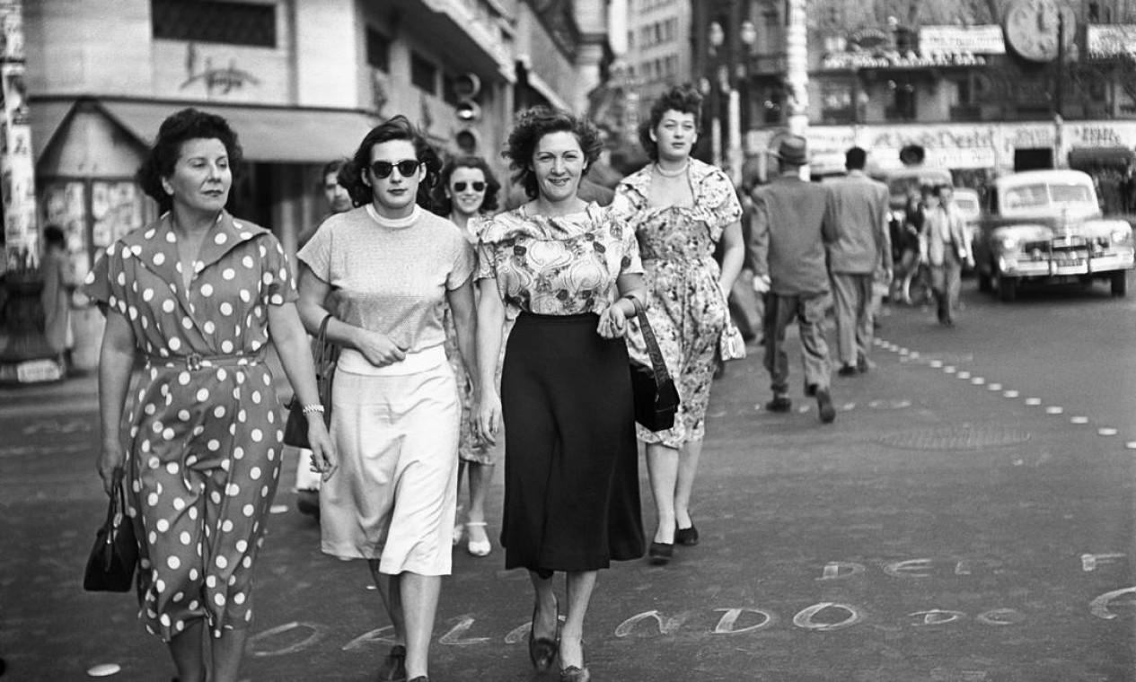 """Lutadoras de luta livre no centro de São Paulo, 1950. Foto para a reportagem """"As belas viram feras"""", da revista 'O Cruzeiro'. Foto: Peter Scheier / Acervo Instituto Moreira Salles"""