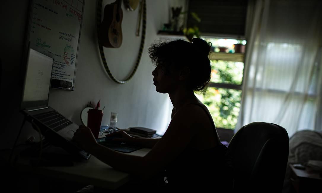 Arícia Vidal, de 26 anos, aluna de Ciências Biológicas, em seu quarto no alojamento da UFRJ Foto: Hermes de Paula / Agência O Globo