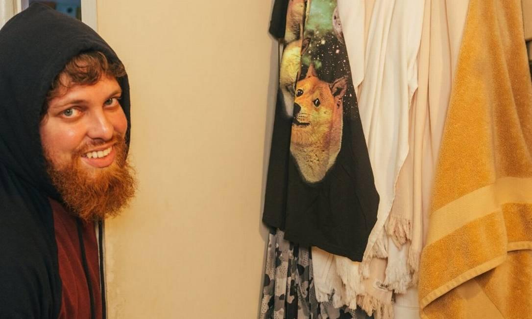 Glauber Contessoto em sua casa em Los Angeles, ao lado de uma toalha com a imagem do cachorro que foi alvo de memes e inspirou a moeda digital dogecoin Foto: Samuel Trotter / The New York Times