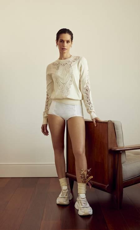 Tricô, body e tênis Dolce&Gabbana. Anel HStern. Brincos HStern. Meias Calzedonia.Flores Flor.idas Foto: Renan Oliveira