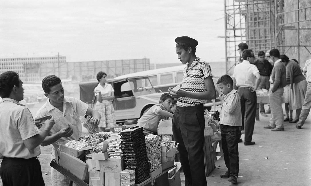 Comércio de rua em superquadra da asa Sul, Brasília, 1960. Foto: Peter Scheier / Acervo Instituto Moreira Salles