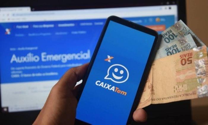 Telefone celular com aplicativo do Caixa Tem exibido na tela Foto: Agência O Globo