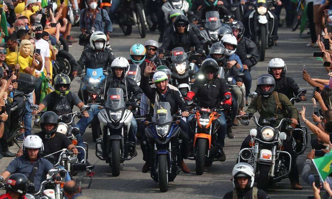 O presidente Jair Bolsonaro participa de um passeio de moto com apoiadores na manhã deste domingo, no Rio de Janeiro Foto: PILAR OLIVARES / REUTERS