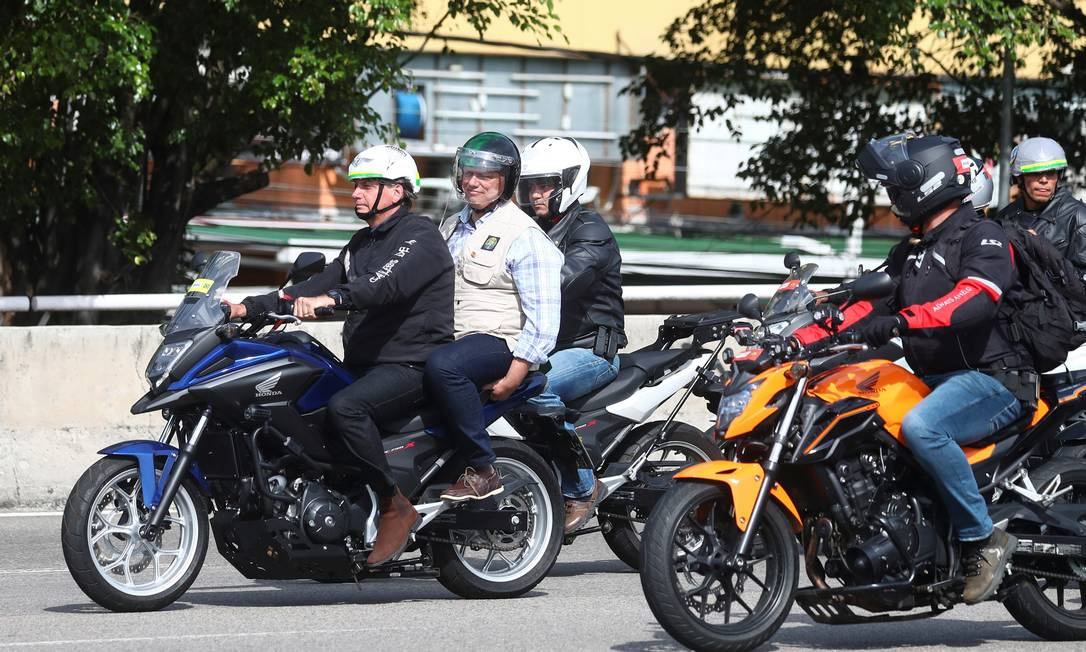 Sem máscara e seguido por milhares de motociclistas, o presidente lidera passeio de moto por cerca de 60 quilômetros da capital fluminense, que ainda registra alto índice de casos de Covid-19 Foto: PILAR OLIVARES / REUTERS