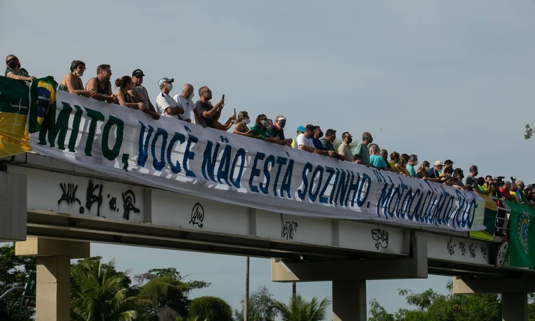 Na Barra da Tijuca, apoiadores ergueram faixa com frase de apoio ao presidente na passarela sobre a Avenida Embaixador Abelardo Bueno Foto: Brenno Carvalho / Agência O Globo