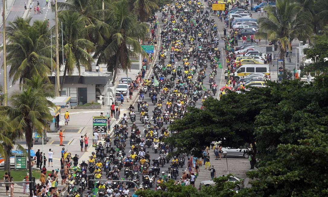 """A """"motociata"""" do presidente em sua passagem por Copacabana Foto: CARL DE SOUZA / AFP"""
