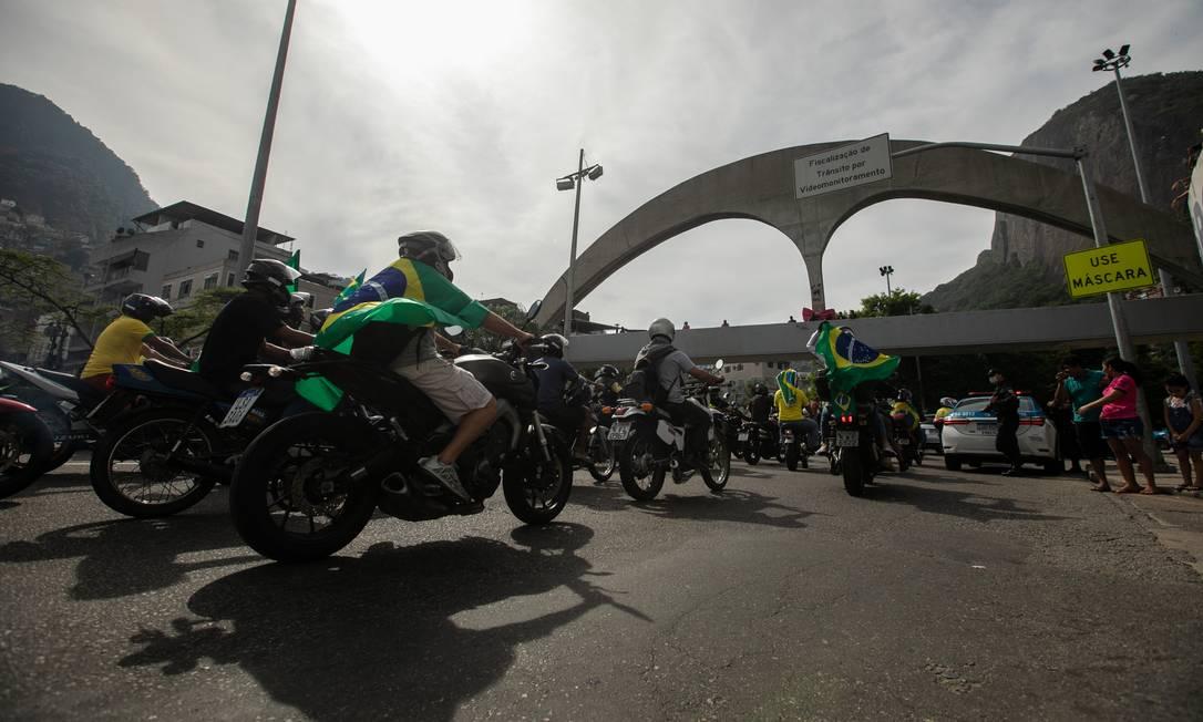 Motociclistas seguem o presidente Jair Bolsonaro durante passagem de sua carreata na Lagoa-Barra, na altura da Rocinha Foto: Brenno Carvalho / Agência O Globo