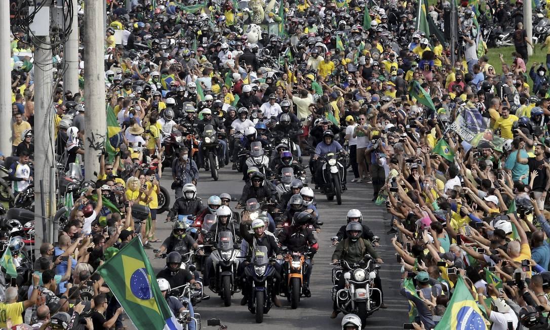 No Aterro do Flamengo, próximo ao Monumento Nacional aos Mortos da Segunda Guerra Mundial, evento provocou grande aglomeração de pessoas, o que vai contra as recomendações de especialistas de Saúde para evitar o agravamento da pandemia Foto: Domingos Peixoto / Agência O Globo