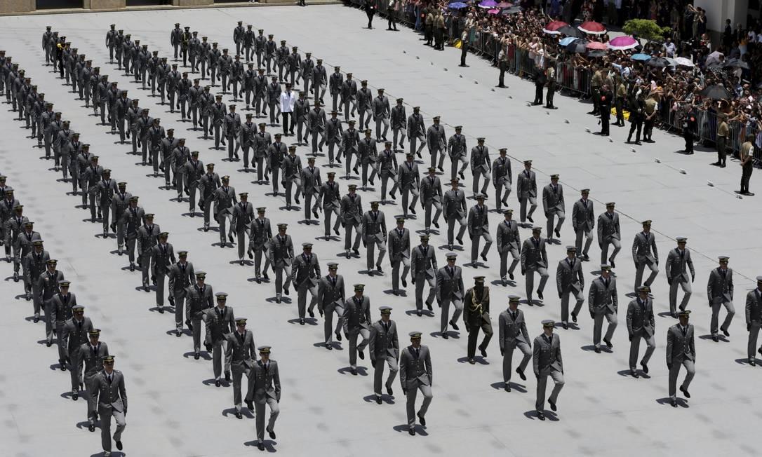 Gasto com militares cresce 17% mais que o previsto após reforma de carreira. Na foto, solenidade na academia militar das Agulhas Negras. Foto: Domingos Peixoto / Agência O Globo