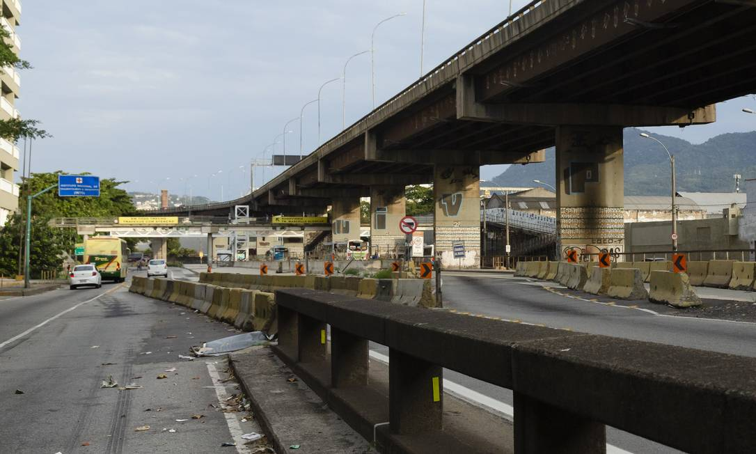 Obras da Transbrasil confundem motoristas e causam acidentes na Avenida Brasil Foto: Leo Martins / Agência O Globo