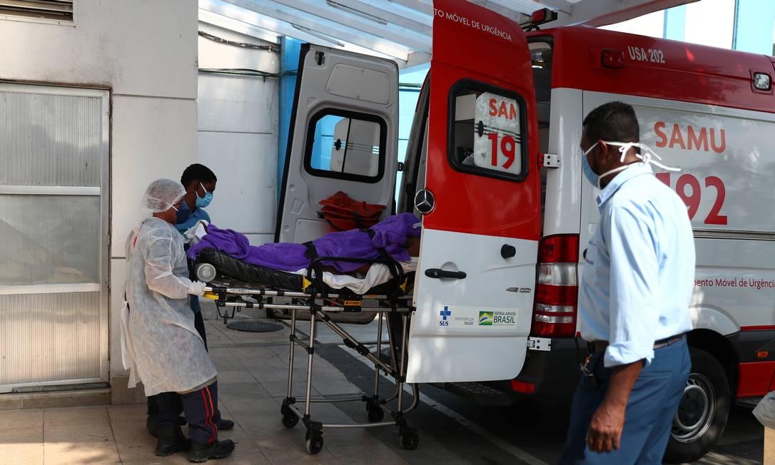 Paciente com suspeita de infecção por Covid-19 chega ao hospital São José na ambulância do Serviço de Atendimento Móvel de Urgência (SAMU), em meio a surto da doença, em Duque de Caxias, Rio de Janeiro, em de maio de 2021 Foto: PILAR OLIVARES / REUTERS