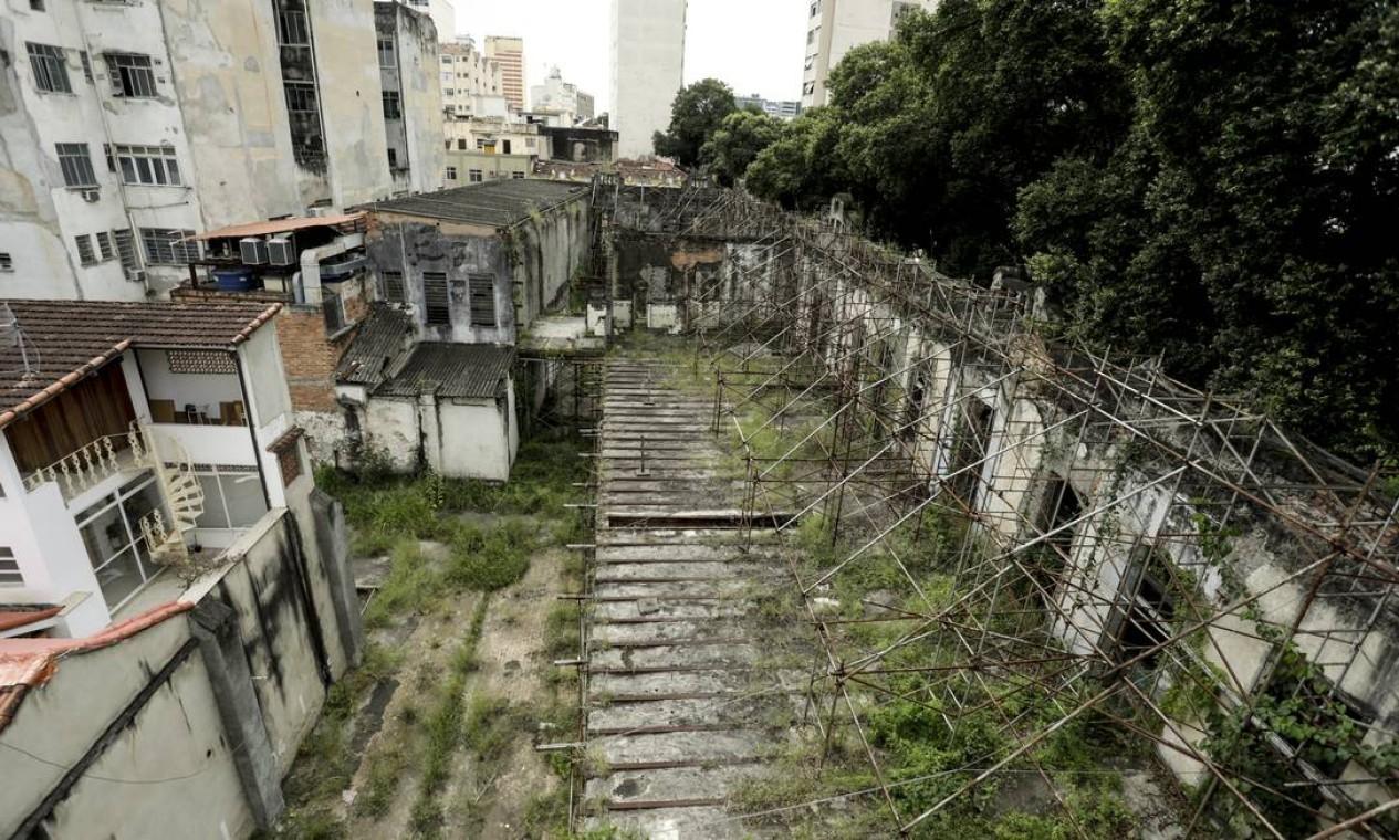 Sobrado na Rua Gomes Freire, ao lado da 5ª DP Foto: Gabriel de Paiva / Agência O Globo