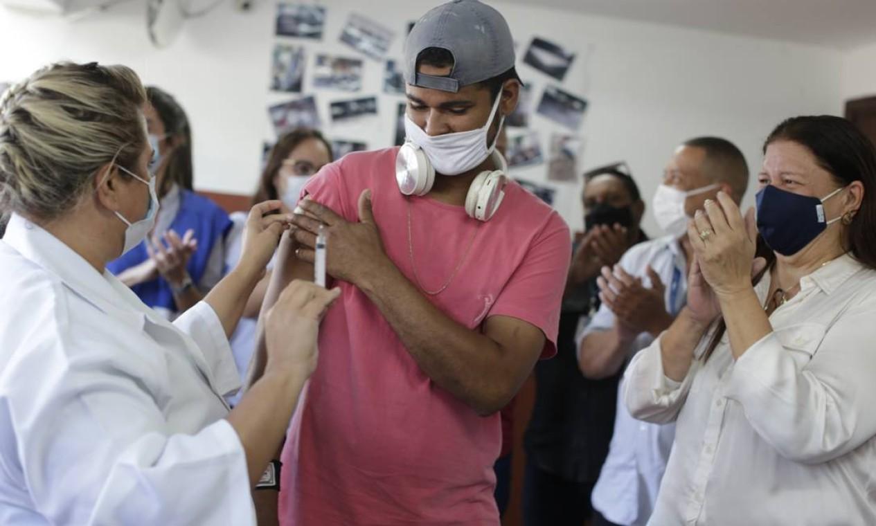 Jovem em situação de rua acolhido por unidade municipal na Taquara, na Zona Oeste, é aplaudido ao ser vacinado contra Covid-19 Foto: Marcia Foletto em 25/05/2021 / Agência O Globo
