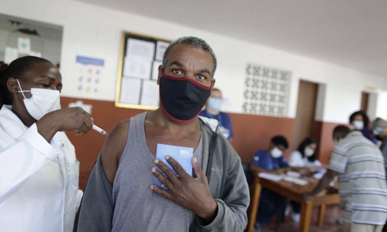 Assistido da URS da Taquara recebe primeira dose do imunizante Foto: Marcia Foletto / Agência O Globo