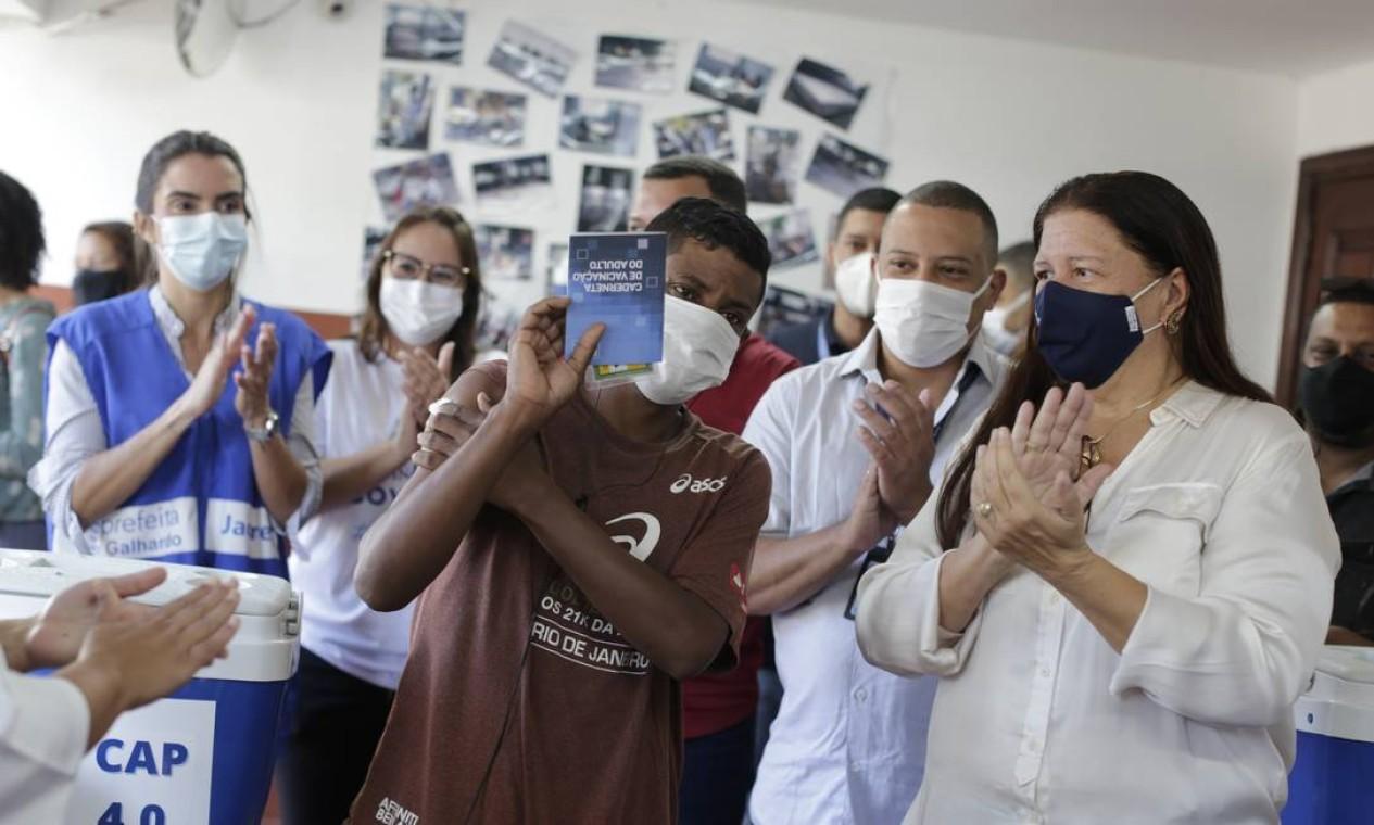 Homem comemora imunização contra Covid-19, na Taquara, Zona Oeste do Rio Foto: Marcia Foletto / Agência O Globo