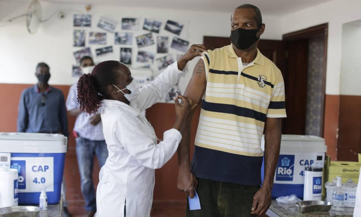 Foram vacinados 21 homens em situação de rua que estão acolhidos na Unidade de Reinserção Social (URS) Haroldo Costa, na Taquara, Zona Oeste do Rio Foto: Marcia Foletto / Agência O Globo