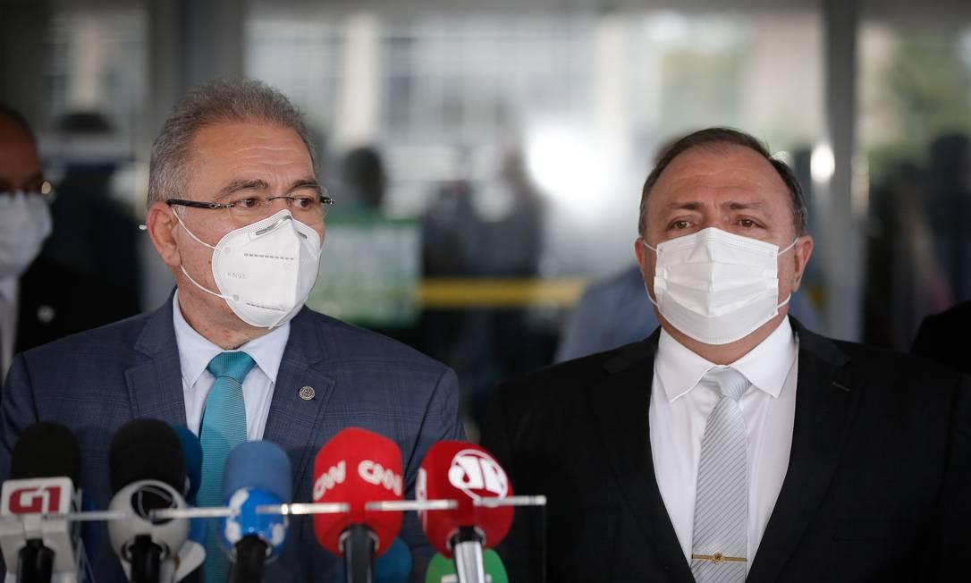 Atual ministro da Saúde, Marcelo Queiroga, e o ex-chefe da pasta Eduardo Pazuello Foto: Pablo Jacob / Agência O Globo 16-03-2021