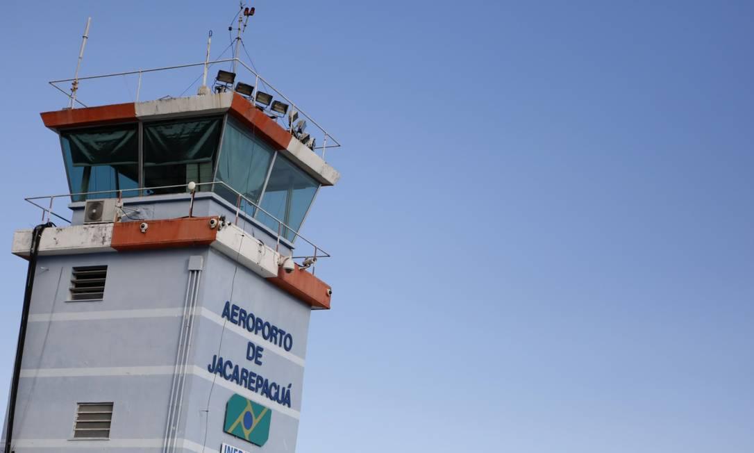 O Aeroporto de Jacarepaguá está sem a torre de controle operando devido a queda de uma parte do teto Foto: Luiza Moraes / Agência O Globo