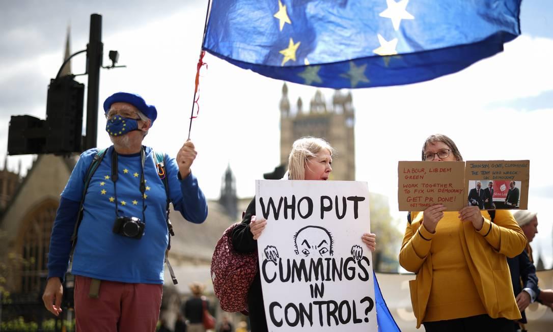 Manifestantes criticam ex-aliado de Boris Johnson, Dominic Cummings, em Londres Foto: HENRY NICHOLLS / REUTERS