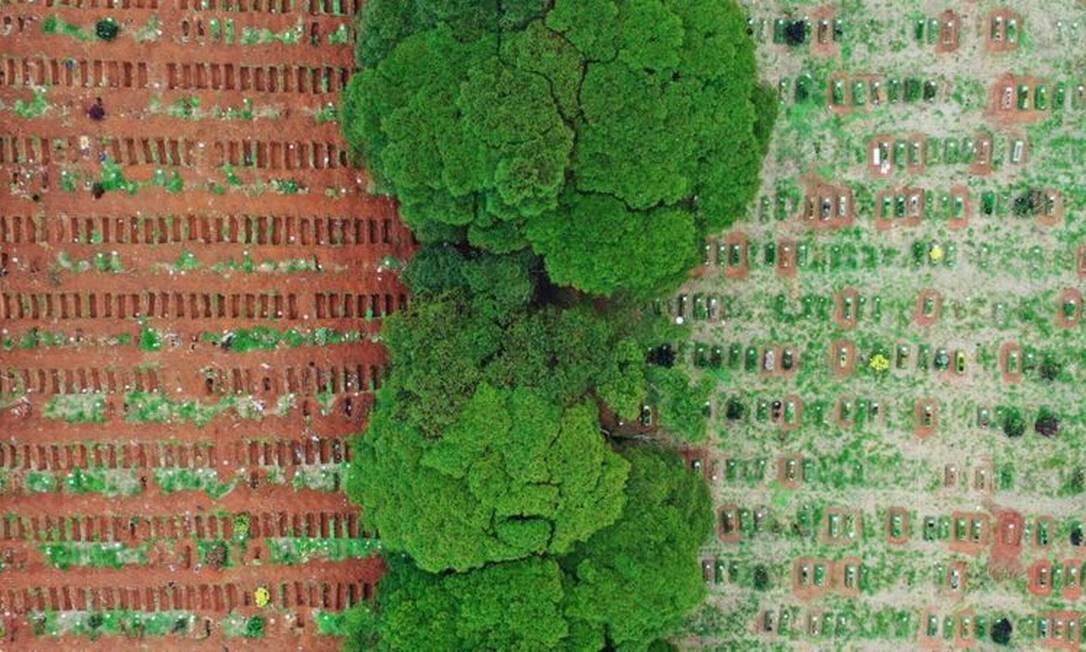 Imagem aérea do cemitério de Vila Formosa (SP), com valas abertas à esquerda e valas preenchidas à direita Foto: MARIO TAMA/GETTY IMAGES