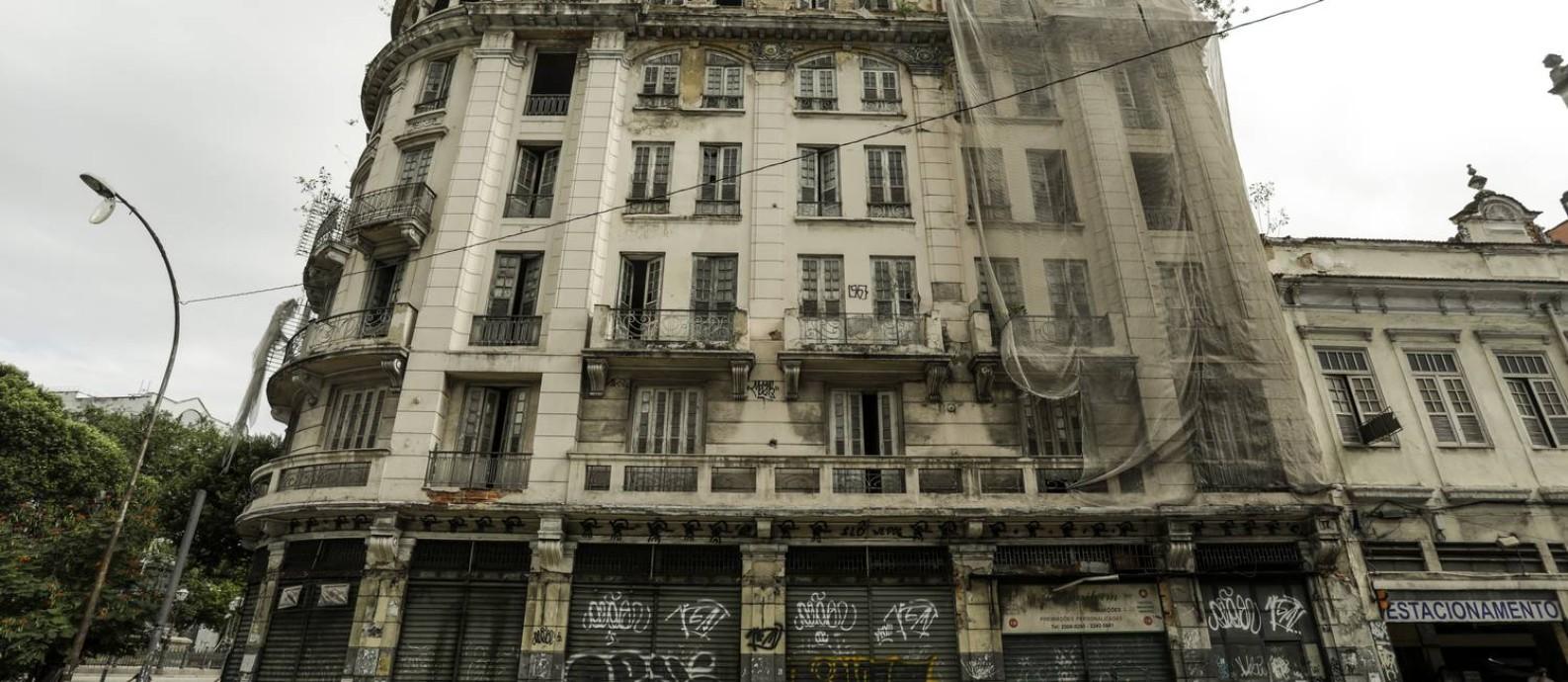 Hotel Paris, na Praça Tiradentes, Centro do Rio, sucumbe ao abandono Foto: Gabriel de Paiva / Agência O Globo