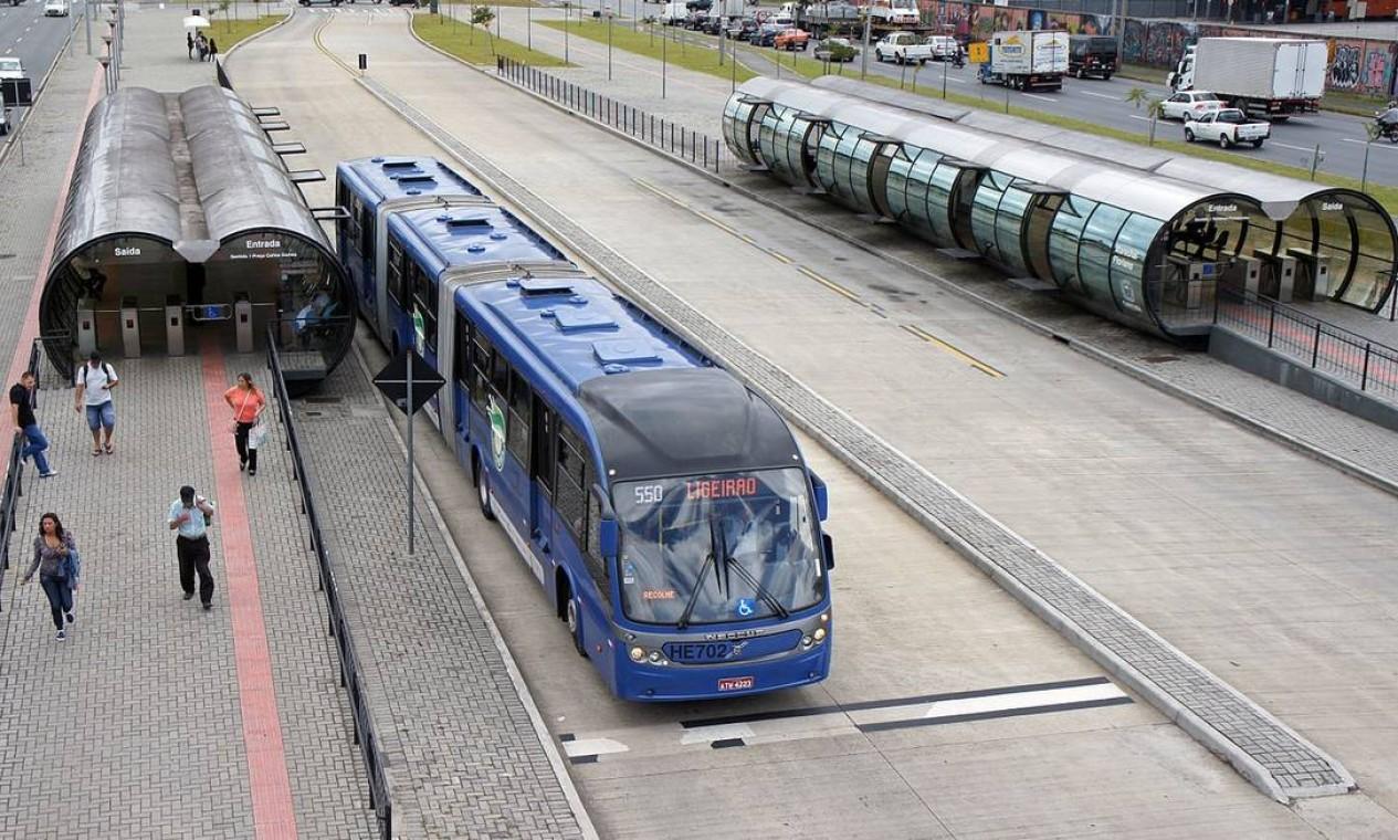 Estação-tubo e ônibus biarticulado, da Rede Integrada de Transporte de Curitiba: BRTs foram ciração de Lerner, na decada de 70 Foto: Reprodução