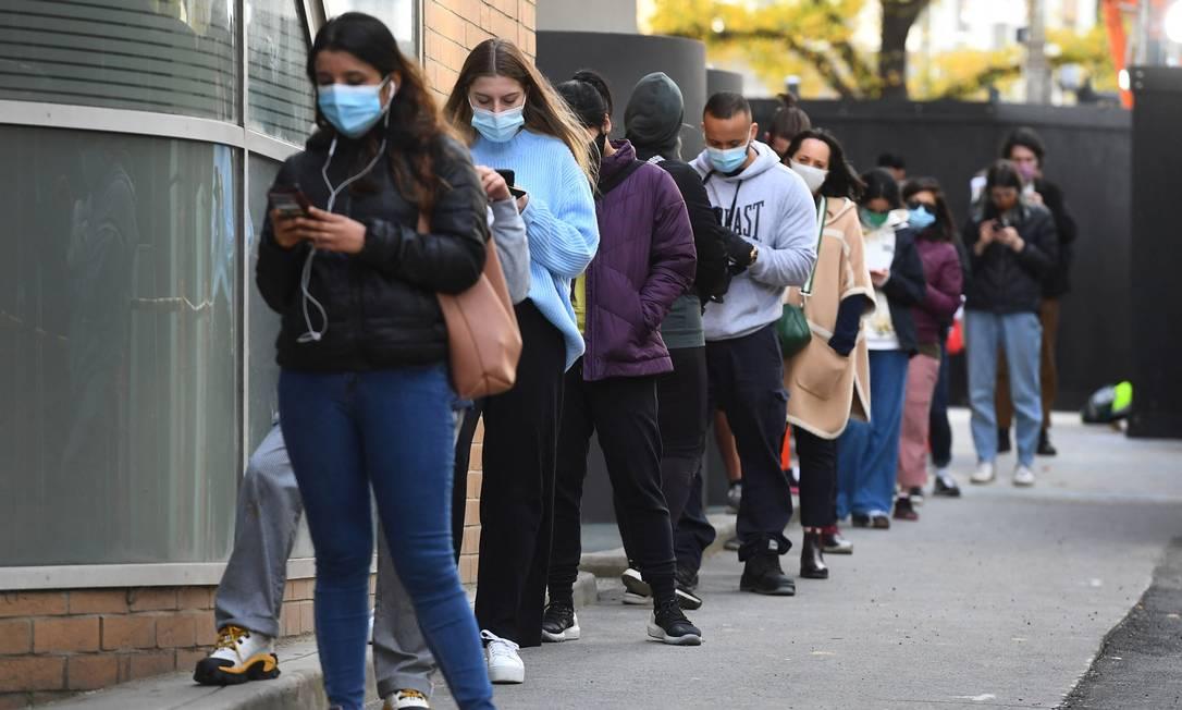 População de Melbourne faz fila para realizar teste de coronavirus após surto na cidade Foto: WILLIAM WEST / AFP