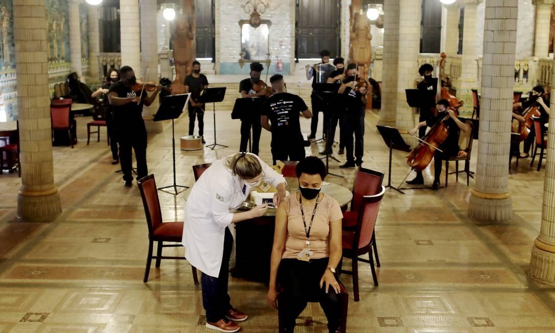 Imunização com música no Municipal Foto: Gabriel de Paiva / Agência O Globo