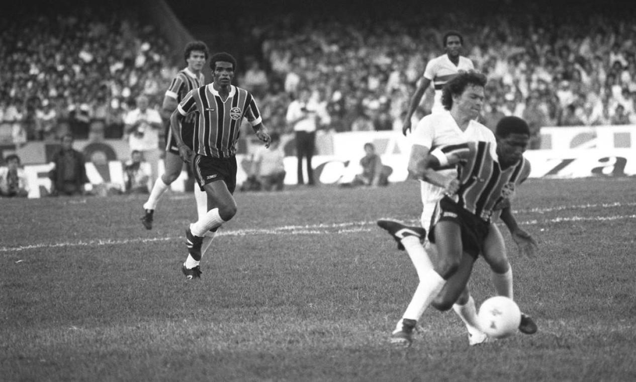 29º - GRÊMIO (1981) - O versátil Paulo Isidoro passa pela marcação de Emerson, do São Paulo. Foto: Arquivo/O Globo