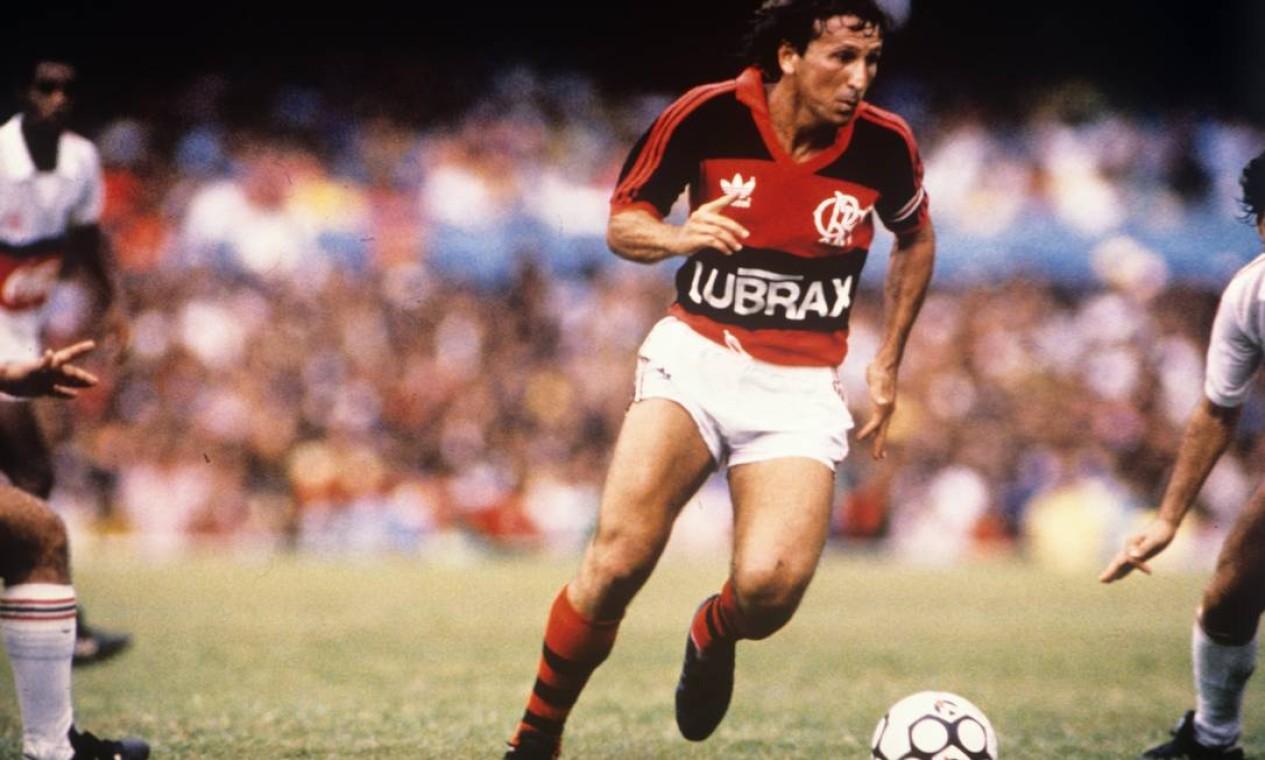 26º - FLAMENGO (1987) - Zico em partida contra o Santa Cruz, no Maracanã. Foto: Hipólito Pereira / Hipólito Pereira/O Globo