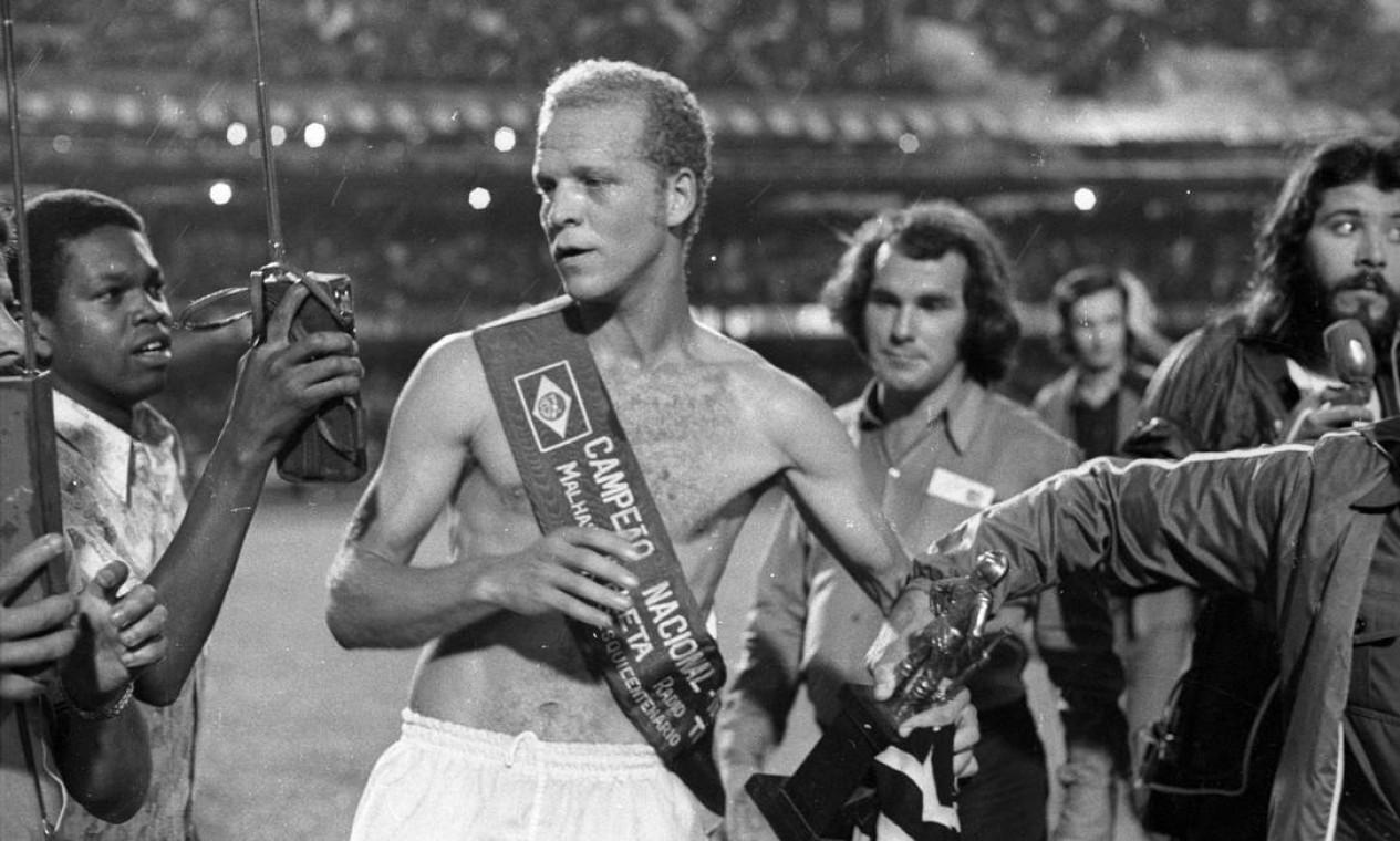 23º - PALMEIRAS (1972) - O craque Ademir da Guia com a faixa de campeão. Foto: Arquivo/O Globo