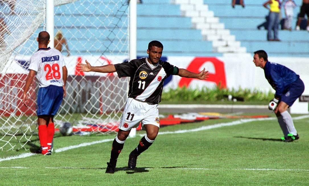 25º - VASCO (2000) - Romário celebra gol em empate contra o Bahia, pela Copa João Havelange. Foto: Jonne Roriz/Coperphoto/L! Sportpress