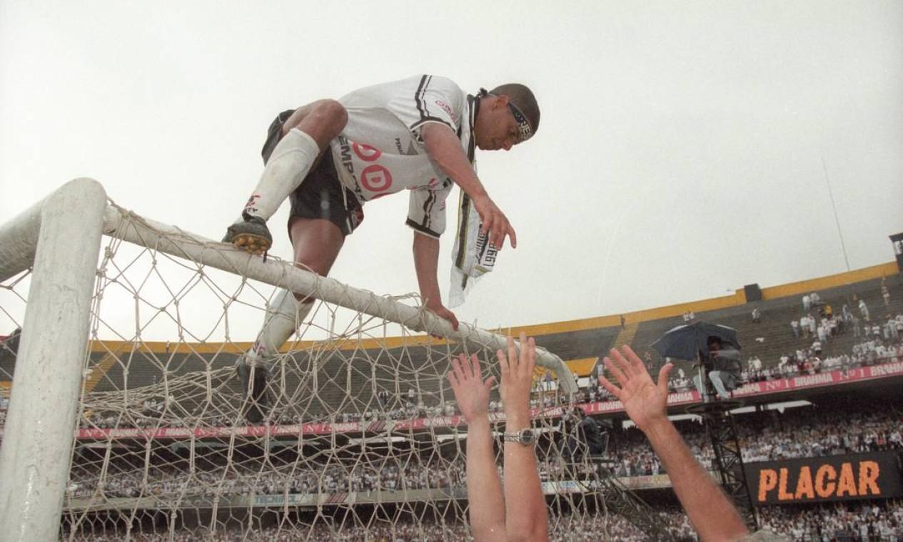 24º - CORINTHIANS (1998) - Marcelinho Carioca comemora o título do Timão. Foto: Luiz Carlos Santos/Agência O Globo