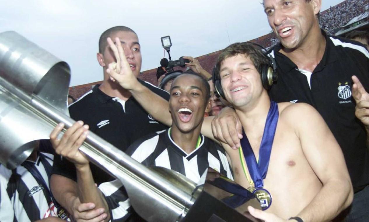 12º - SANTOS (2002) - Os meninos da Vila, Robinho e Diego, com a taça de campeão. Foto: Ricardo Bakker/Diário