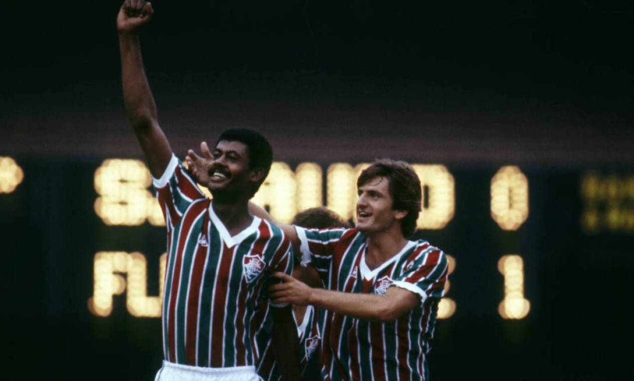 14º - FLUMINENSE (1984) - Braço erguido, punho fechado, o centroavante Washington (jogador) é abraçado por Leomir e sorri, na comemoração do seu gol. Foto: Luiz Pinto/Agência O Globo