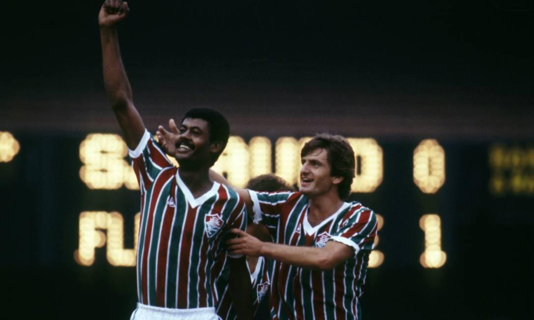 14º lugar - Fluminence (1984) - brazo levantado, puño cerrado, quarterback Washington (jugador) abrazado por Lemire y sonriendo, celebrando su gol.  Foto: Luiz Pinto / O Globo Agency