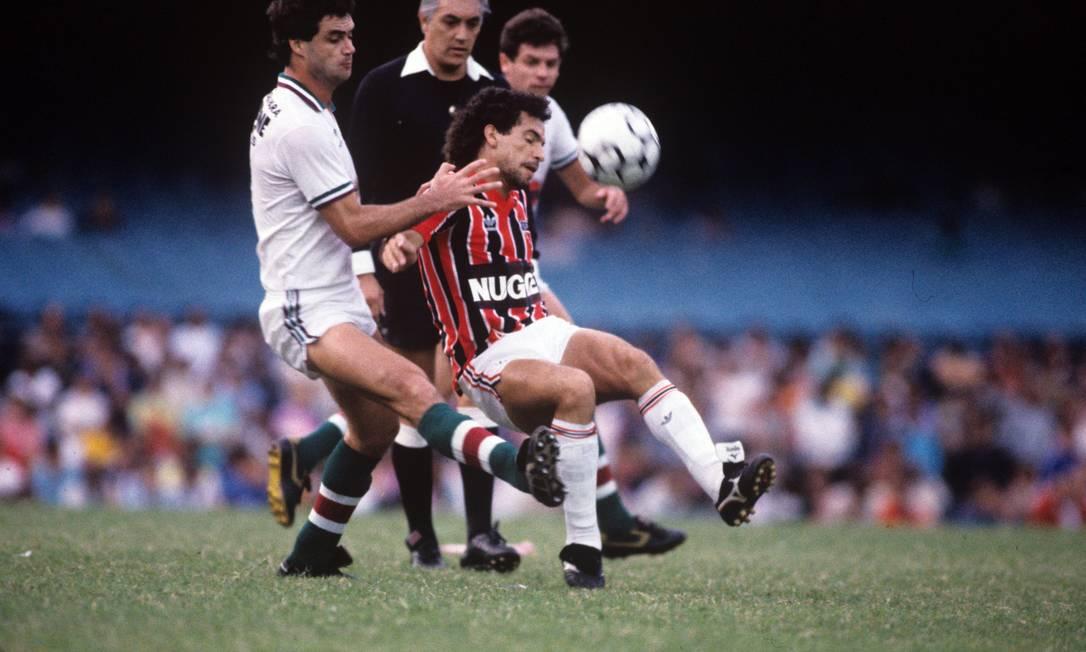 15º - SÃO PAULO (1986) - Careca tenta passar pela marcação de Vica, do Fluminense, no Brasileiro de 1986. Foto: Hipólito Pereira/Agência O Globo